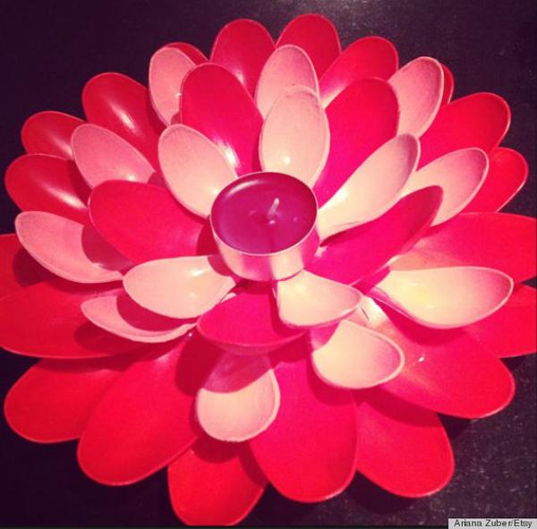 Thìa sơn đỏ và được hô biến thành một cây nến đẹp mắt.