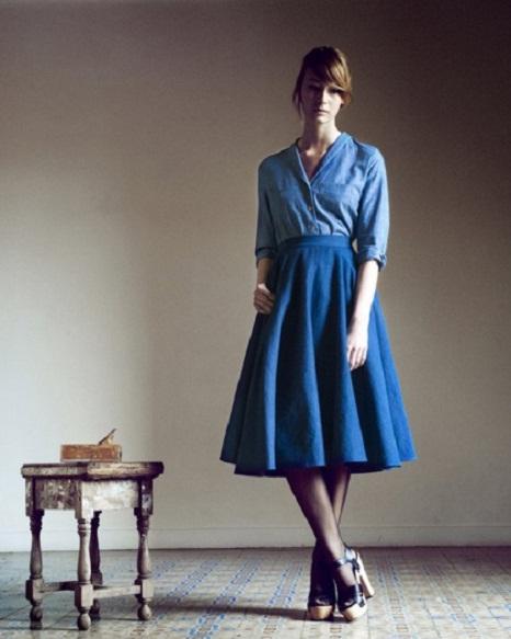 Không hề thô cứng, chân váy xòe denim vẫn tạo được độ bồng bềnh, nữ tính như những chất liệu mềm mại thông thường