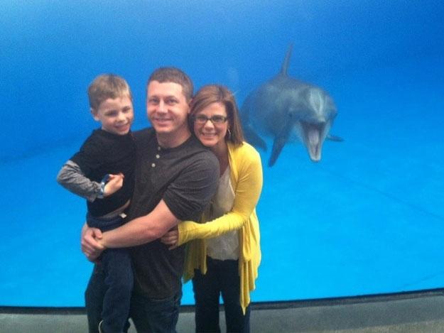 Cá heo cười tươi chụp ảnh cùng gia đình tại Bể nuôi cá Quốc gia ở Baltimore. Ảnh: Reddit/Imgur.com