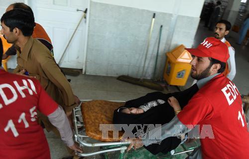 Khẩn trương đưa nạn nhân của trận động đất đến bệnh viện