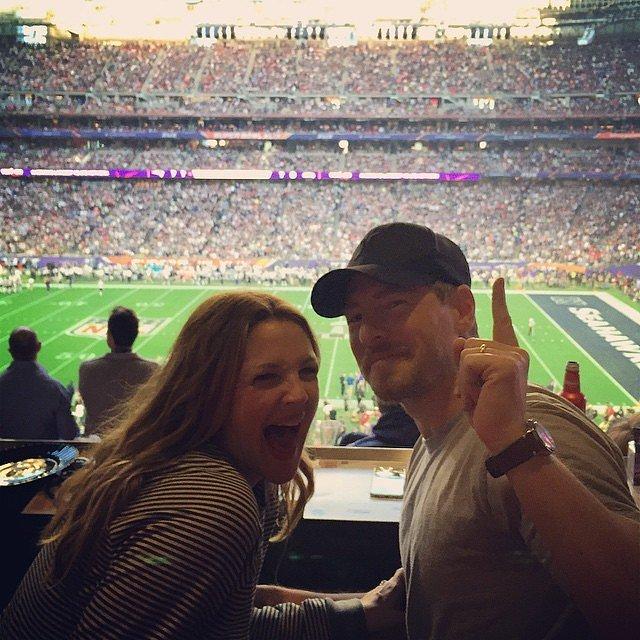 Drew Berrymore cười thả ga khi theo dõi trận đấu cùng chồng