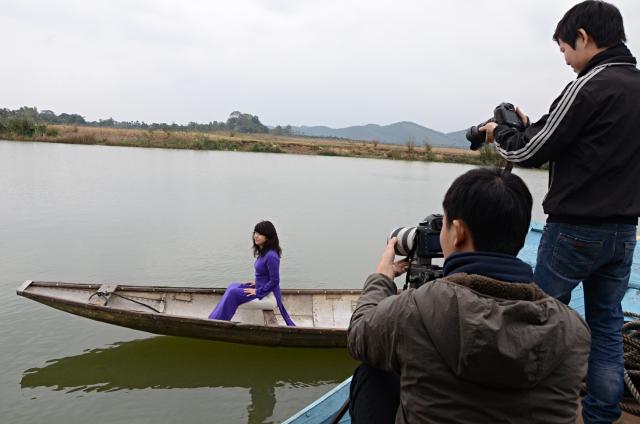 Ekip Ngày trở về ghi hình nhân vật là Giáo sư Caroline Kiều Linh Valverde trên sông Hương