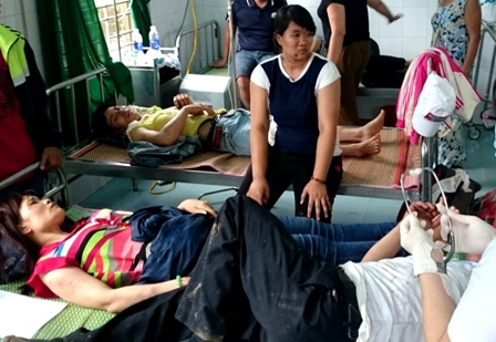 Những người bị thương được đưa vào cấp cứu tại Trung tâm Y tế huyện Phước Sơn. Ảnh: Nguyễn Trọng/Dân trí.