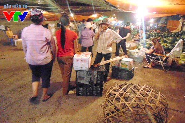 Những nữ cửu vạn chợ Long Biên trong đêm
