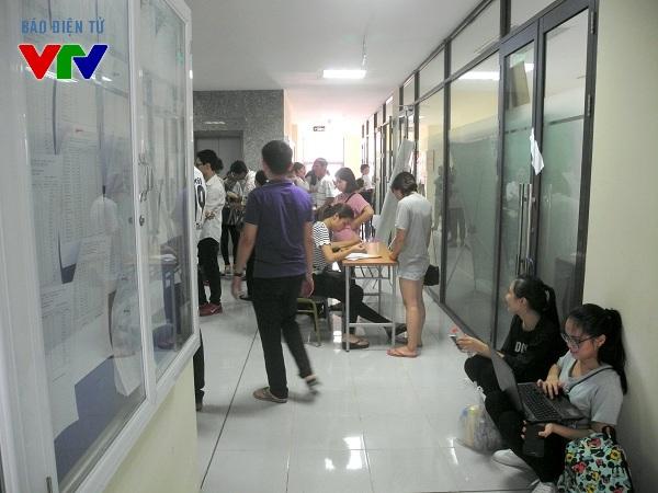 Lượng thí sinh chờ đợi trước điểm tiếp nhận hồ sơ của ĐH Ngoại Thương còn rất đông.