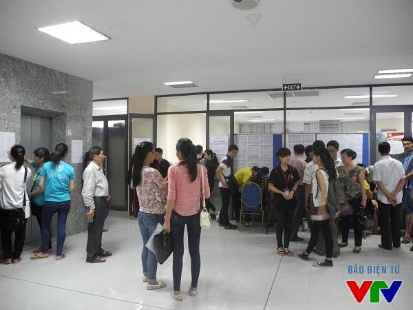 Từ ngoài tòa nhà hành chính vào trong phòng tiếp nhận hồ sơ của ĐH Ngoại Giao vẫn còn rất đông các thí sinh và phụ huynh.