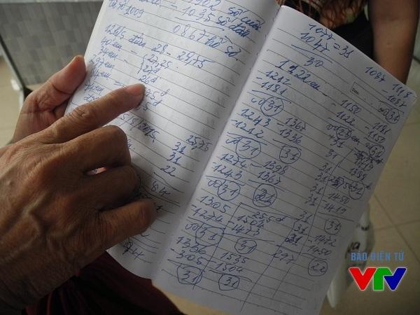 Quyển sổ của Bác Hoàng Thanh Gianh chằng chịt điểm số mà bác tự tính toán cho con.