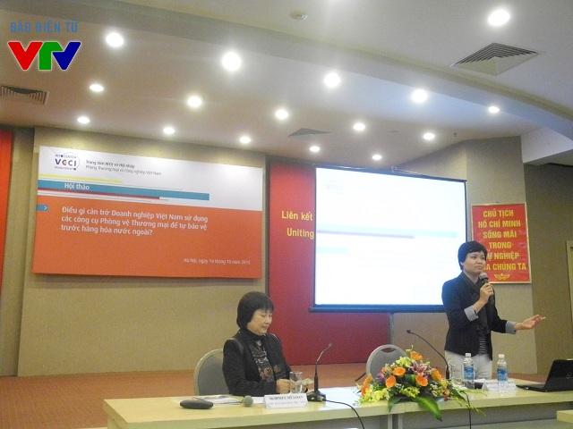Bà Nguyễn Thị Thu Trang (bên phải) - Giám đốc Trung tâm WTO và Hội nhập trình bày nghiên cứu về những khó khăn trong việc sử dụng các công cụ PVTM.