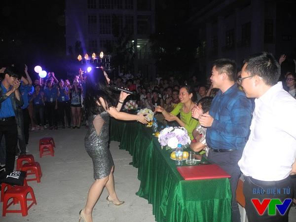 Nữ ca sĩ trẻ Dương Hoàng Yến giao lưu cùng các bạn sinh viên và đại biểu đến dự sự kiện