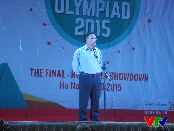 Tiến sĩ Đỗ Tuấn Minh, Bí thư Đảng ủy, Phó Hiệu trưởng của trường Đại học Ngoại ngữ lên phát biểu trước cuộc thi