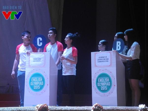 Trong phần thi thứ 2, các đội phải chọn đáp án đúng để trả lời câu hỏi.