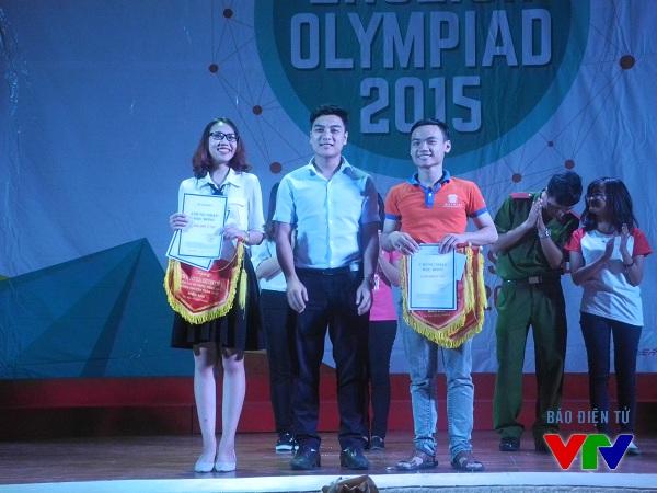 Đồng chí Hoàng Đình Lương - Phó Bí thư Đoàn Đại học Quốc gia Hà Nội trao giải khuyến khích cho HV Báo chí và Tuyên truyền cùng Đại học Đại Nam.