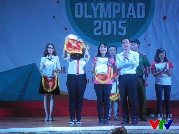 Đồng chí Vũ Văn Hải - Ủy viên Ban chấp hành Trung ương Hội sinh viên, Chủ tịch Hội sinh viên Đại học quốc gia Hà Nội trao giải ba cho Đại học Giao thông Vận tải và Cao đẳng Nghề Công nghệ cao.