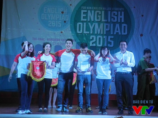 Đồng chí Nguyễn Hải Minh - Ủy viên Ban Chấp hành Trung ương Đoàn trao giải nhất cho Đại học Thăng Long