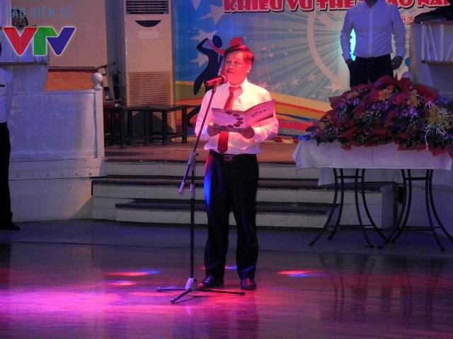 Đồng chí Lại Hồng Đăng - Phó Giám đốc Trung tâm Cung Văn hóa Thể thao Thanh niên Hà Nội phát biểu khai mạc liên hoan khiểu vũ 2015.