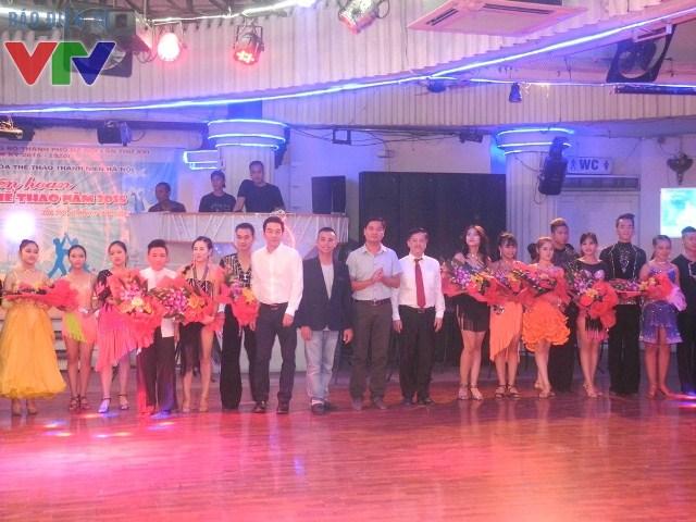 Lãnh đạo Trung tâm Cung Văn hóa Thể thao Thanh niên Hà Nội và ông Nguyễn Chí Anh - Chủ tịch Hội đồng Khiêu vũ Thể thao Việt Nam - Trọng tài quốc tế tặng hoa các đôi nhảy đoạt giải cao trong giải Vô địch quốc gia.