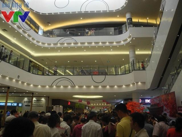 Hàng nghìn người đã xếp hàng rất lâu dưới thời tiết nắng nóng để vào tham quan khu mua sắm mới.