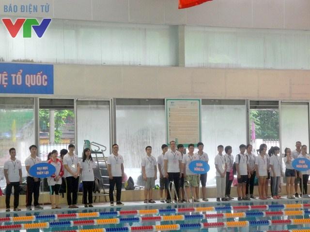 Các vận động viên và ban tổ chức giải làm lễ chào cờ