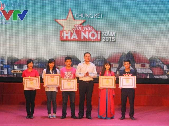 Đồng chí Nguyễn Ngọc Việt, Phó Bí thư Thành đoàn Hà Nội tặng bằng khen cho các đội thi lọt vào chung kết