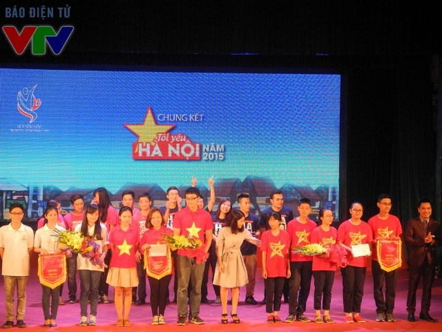 Các đội đồng giải ba cùng nhau nhận bằng khen và phần thưởng từ ban giám khảo