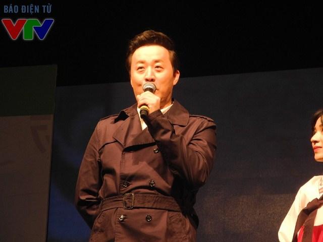 Nghệ sĩ hài Jung Jun Ha tham gia chương trình với vai trò MC