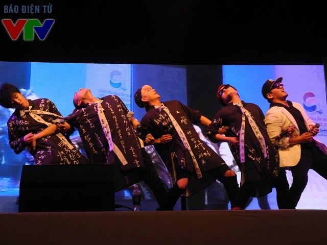 Nam ca sĩ Lee Jung cùng nhóm Nolza biểu diễn đầy ngẫu hứng