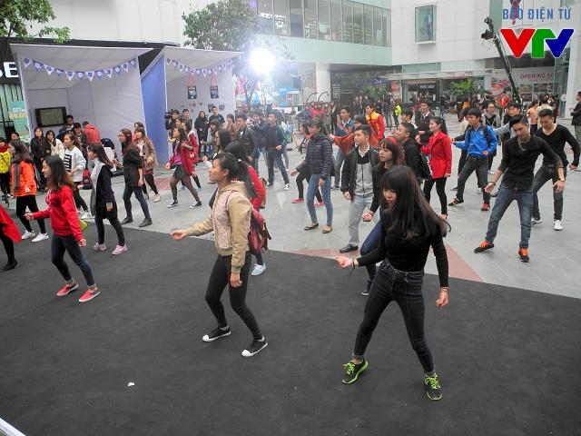 Các bạn trẻ có màn nhảy Flashmob ấn tượng tại Gala Chim Xanh