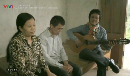 Nhạc sĩ Lê Minh Sơn gặp gỡ chị Đinh Thị Bông ở huyện Na Rì, tỉnh Bắc Kạn.