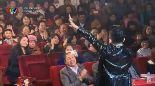 Tùng Dương làm khán giả Lào Cai thích thú với tiết mục Chiếc khăn piêu.