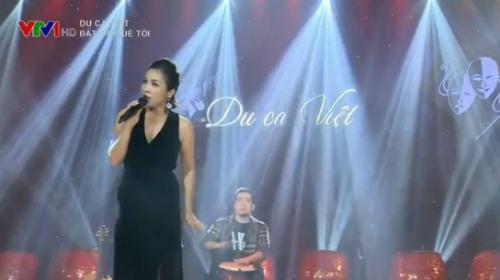 Ca sĩ Mỹ Linh trên sân khấu của Du ca Việt tại Nam Định.