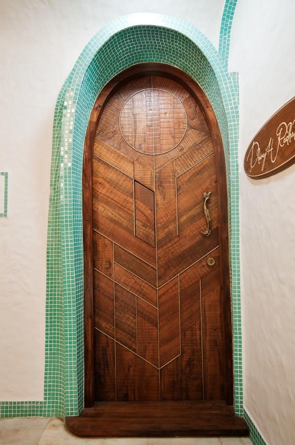 Cửa ra vào của ngôi nhà đã gây ấn tượng đầu tiên với hình mái vòm.