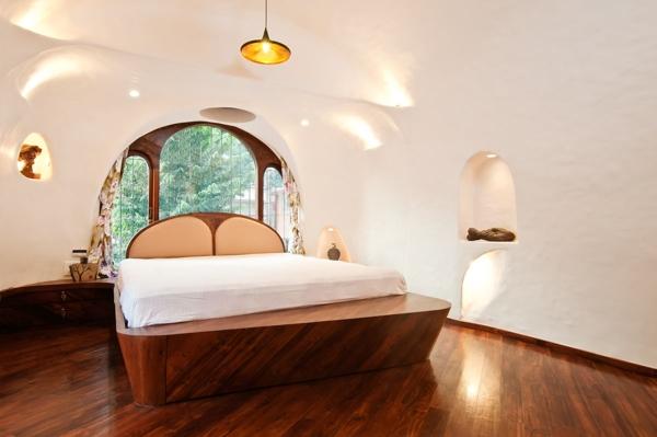 Phòng ngủ được lát sàn gỗ ấm cúng với những đường viền cong hút mắt.
