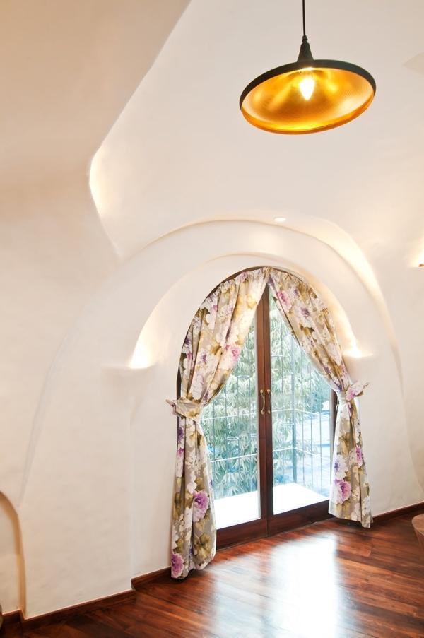 Cửa sổ mang nét cổ điển và dịu dàng với rèm hoa.