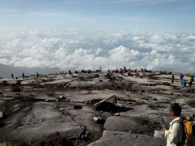Đường xuống núi rất nguy hiểm bởi đá lăn và những khe nứt lớn