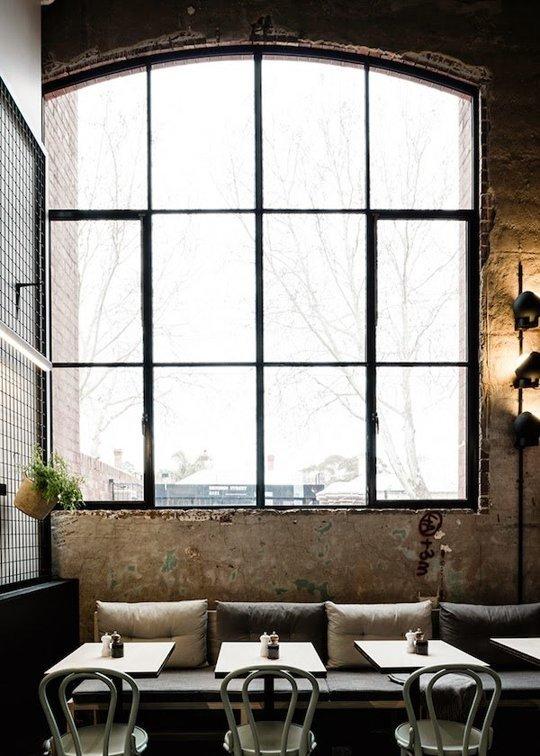 Một căn phòng với phong cách nội thất công nghiệp với khung cửa sổ lớn