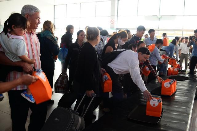 Hãng hàng không giá rẻ Jetstar Pacific đã tạo nên sự bất ngờ, mang đến niềm vui cho hàng trăm hành khách tại sân bay Nội Bài và Tân Sơn Nhất với quà tặng chạy ra từ băng chuyền hành lý. (Ảnh: Dân trí)