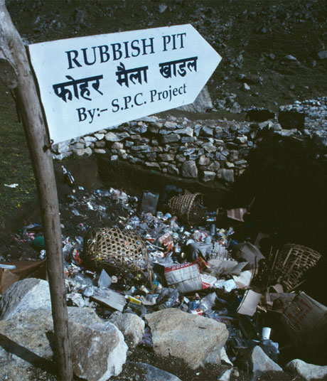 Một bãi rác được đào cho những người leo núi ở độ cao 4903m