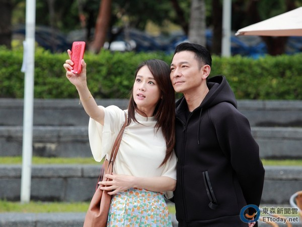 Lưu Đức Hoa và nữ diễn viên Trần Kiều Ân trong một cảnh quay của phim.