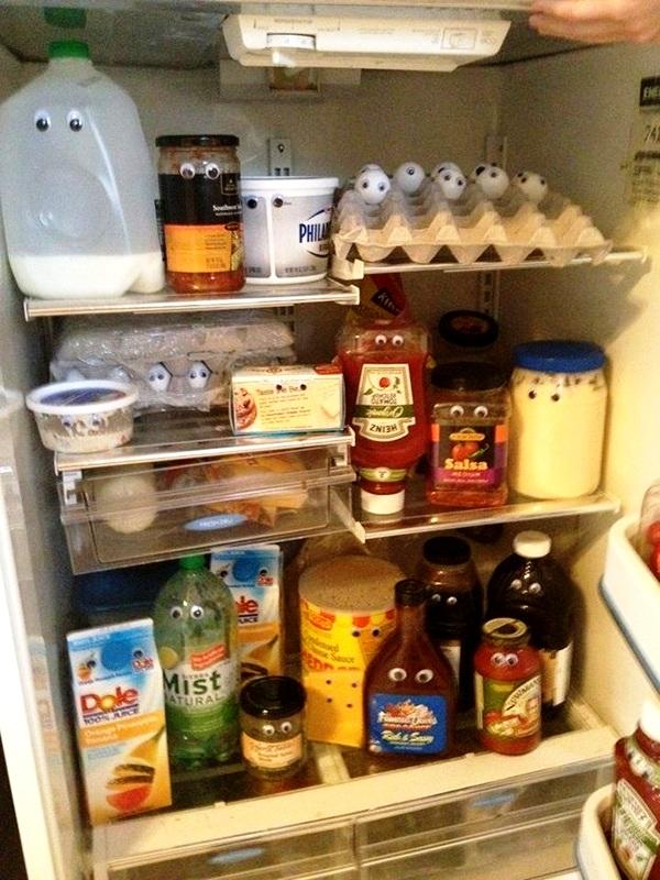 Vẽ mắt cho tất cả đồ vật trong tủ lạnh.