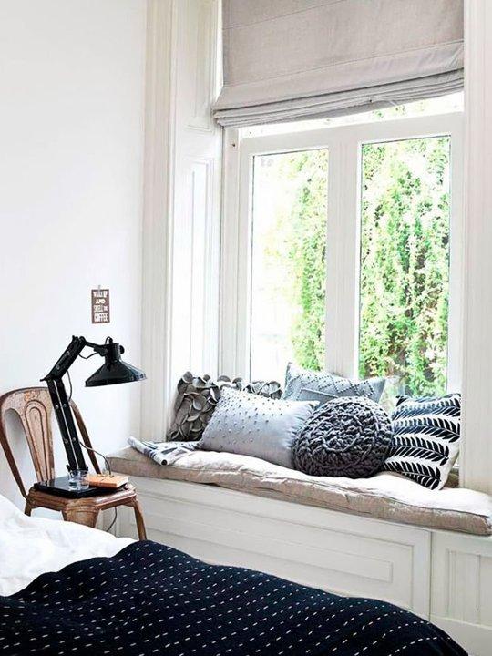 Được trang trí bằng những chiếc gối vô cùng nữ tính, khung cửa sổ của căn nhà này trở nên ấn tượng hơn rất nhiều