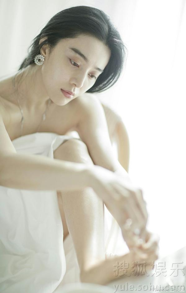 Mới đây, nữ diễn viên 33 tuổi đã lần đầu công khai tình cảm của mình trước giới truyền thông. Cô không giấu giếm việc mình đang yêu Lý Thần say đắm.