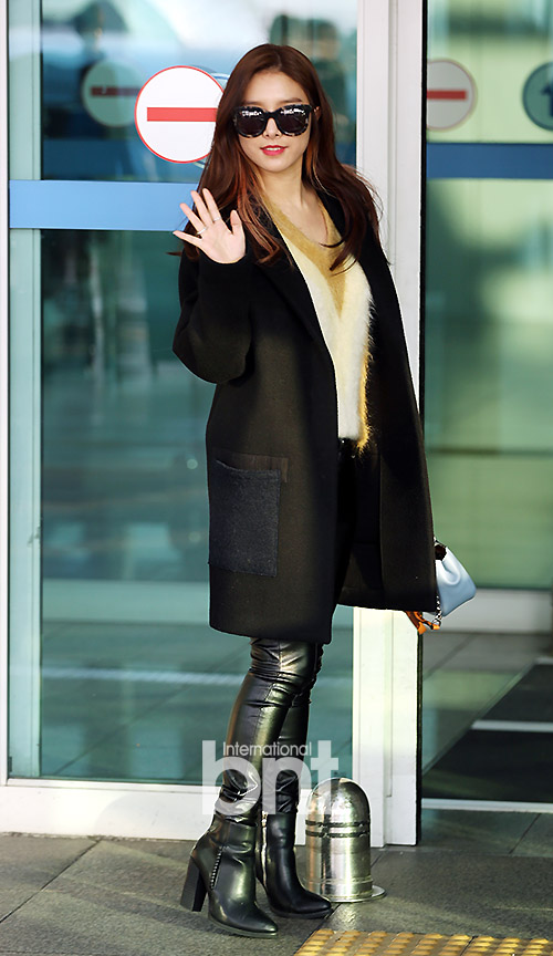 Kim So Eun khá ngầu với kính râm, áo khoác oversize và quần skinny da