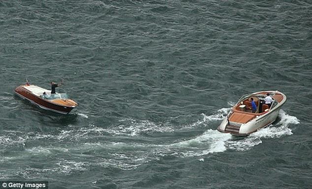 Hai tay vợt trổ tài trên tàu cao tốc di chuyển trên bến cảng Sydney.