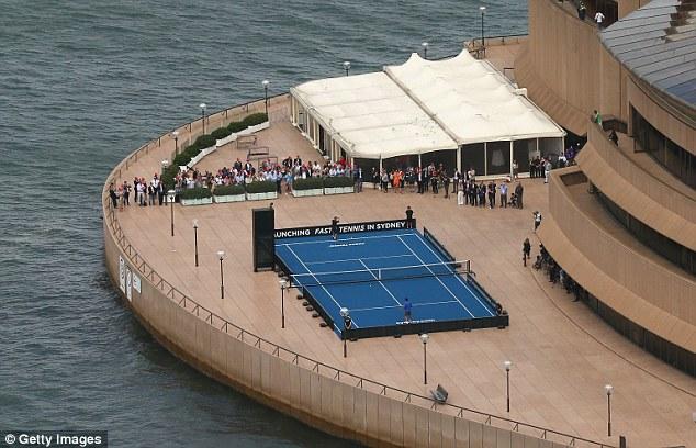 Trước đó, Federer và Hewitt đã có trận đấu trên sân đấu được bố trí tại Nhà hát Opera Sydney.