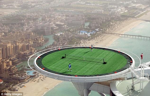 Federer thường được mời tham dự những trận đấu khác thường, trong đó có màn so tài với Agassi ở độ cao hơn 200 ở Dubai năm 2005.