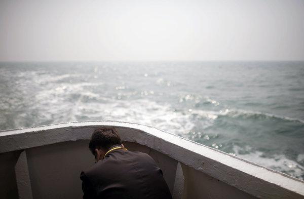 Thân nhân của nạn nhân trong vụ chìm phà Sewol lặng mình trước những ký ức bàng hoàng về ngày này một năm trước