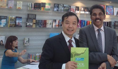 Ông Nguyễn Văn Phước làm việc với đại diện Nhà xuất bản HarperCollins, Mỹ tại Hội chợ sách Quốc tế ở London, diễn ra từ ngày 14-16/4.