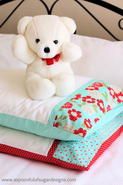 Gối và chăn, đệm có hình hoa giúp phòng ngủ trở nên dễ thương hơn.
