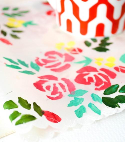 Bạn còn có thể tự tay vẽ tranh hình hoa treo trong phòng.