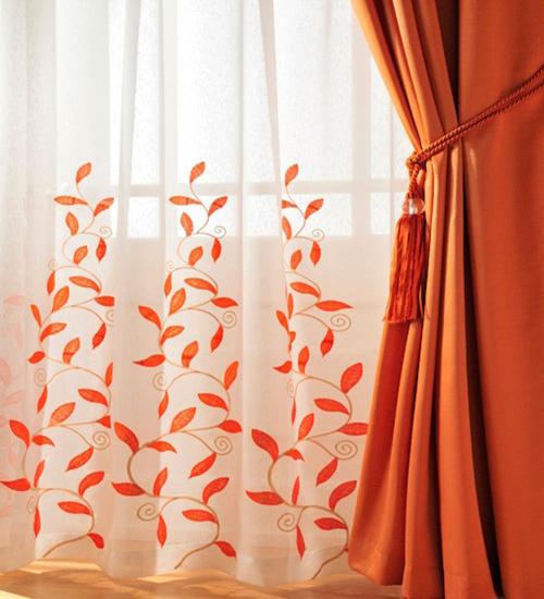 Rèm cửa mang họa tiết hoa đẹp mắt.